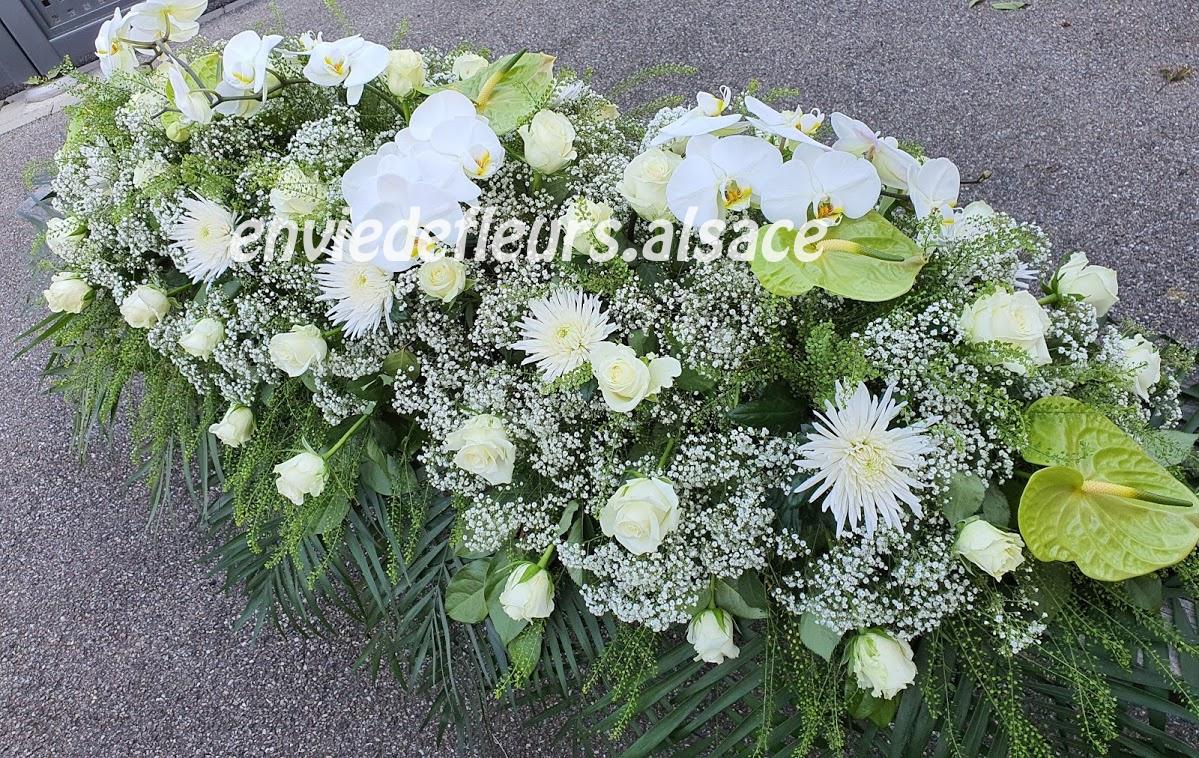Bouquet de fleurs pour deuil gerbe verte et blanche avec anthu et palaenopsis